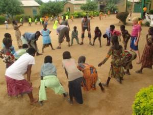Un groupe de bénévole jouant avec les OEV