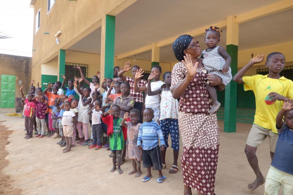 Maman Rita, responsable de la maison Sainte-Monique avec les enfants dont elle a la charge. (Photo D.R.)