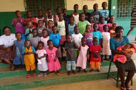 Les enfants de Sainte-Monique dans leurs habits du dimanche. (Photo D. R.)