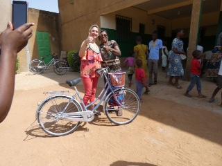 Sandrine Lamy présente un des vélos qui vont permettre aux écoliers de Vivre dans l'Espérance de couvrir les quinze ou vingt kilomètres qui les séparent parfois de l'école. (Photo S. Lamy)