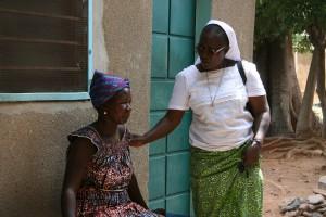 Soeur Marie Stella avec une patiente au centre Maguy. (Photo J.-L. Durand).