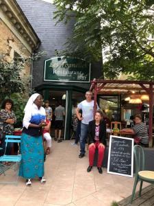 Sr Marie Stella devant le restaurant Les Tonnelles Photo H. Durand.