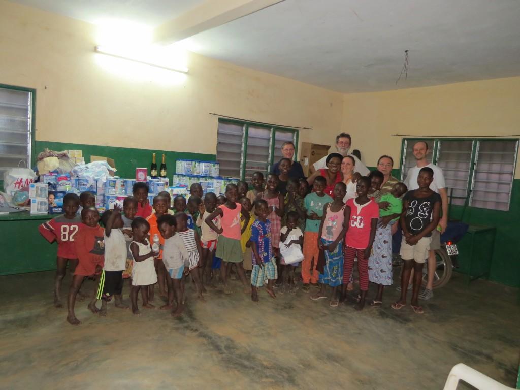 Xavier (au centre, au fond) et les enfants de Sainte-Monique. (Photo D. R.)